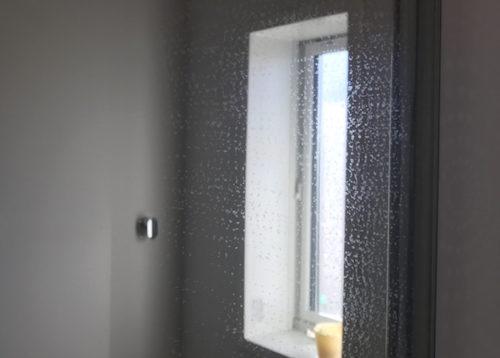 掃除前の浴室鏡は水垢うろこでいっぱい