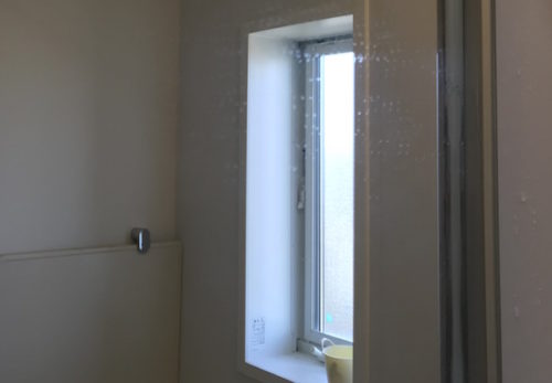 スポンジ研磨材で掃除後の浴室鏡